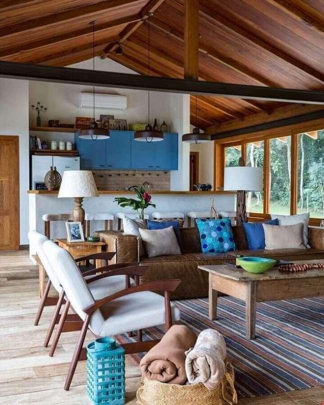 13. Almofadas de sofa para decoração de sala rústica integrada com cozinha – Foto: Luziane Paulino