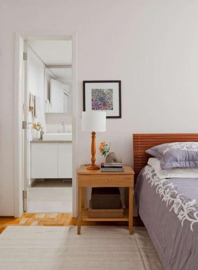 2. Cabeceira ripada simples para quarto de casal com suíte – Foto Iná Arquitetura