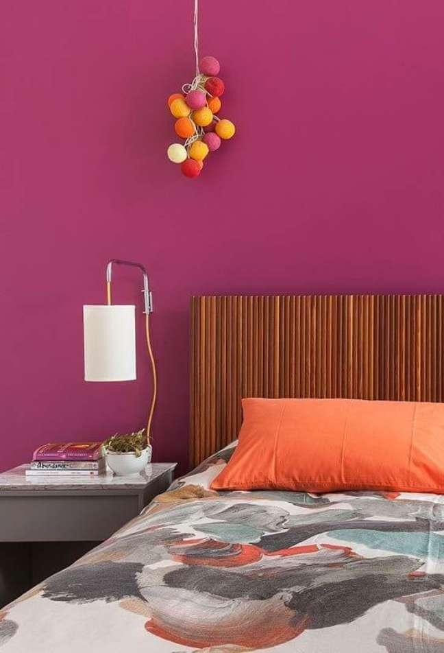 15. Decoração pink com cabeceira ripada de madeira – Foto Home Fashion Trend