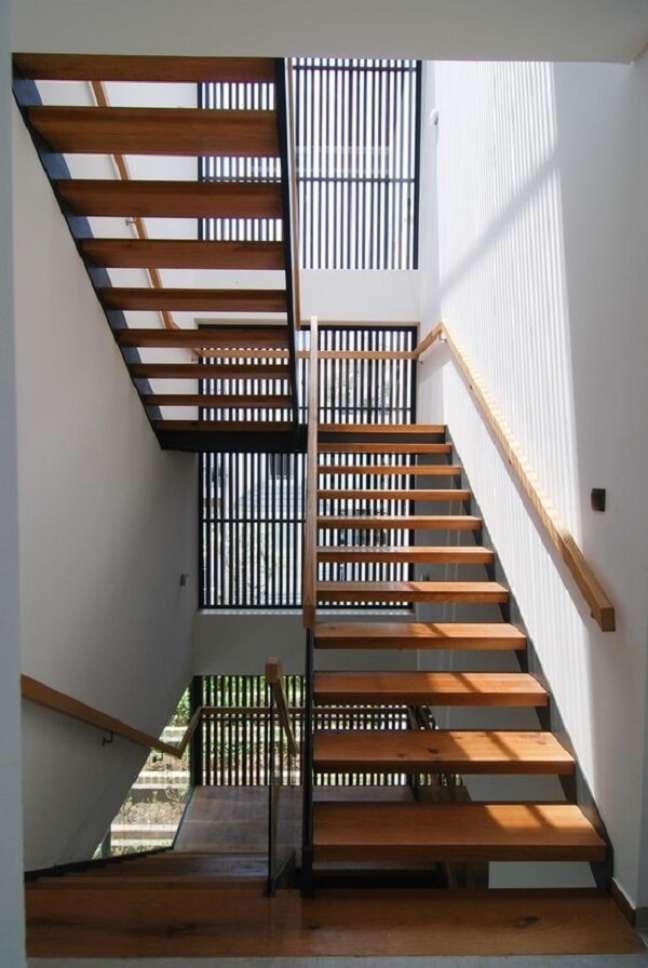 68. Decoração moderna com escada e corrimão de madeira. Fonte: Archdaily