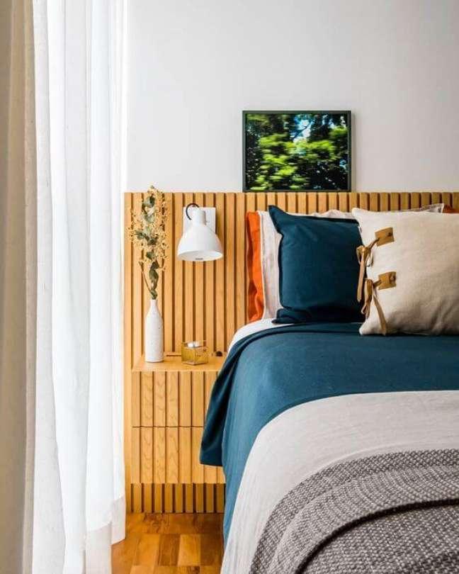 45. Cabeceira de cama ripada com prateleira para deixar decoração – Foto Estudio AMF Arquitetura