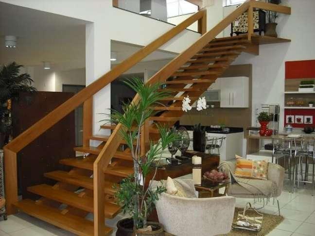 58. A escada de madeira assume o papel de protagonista no ambiente. Fonte: Beatriz Mendes