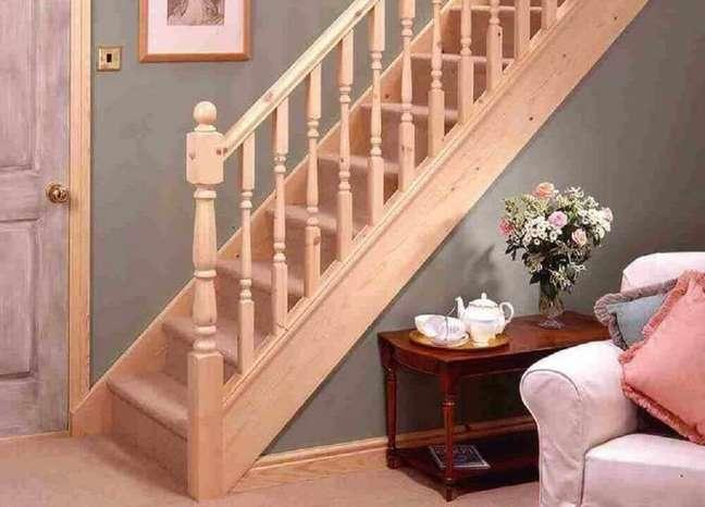 49. Escada reta de madeira para sala. Fonte: The Ofy