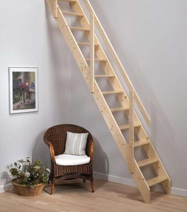 39. Escada de madeira simples. Fonte: Loft Centre