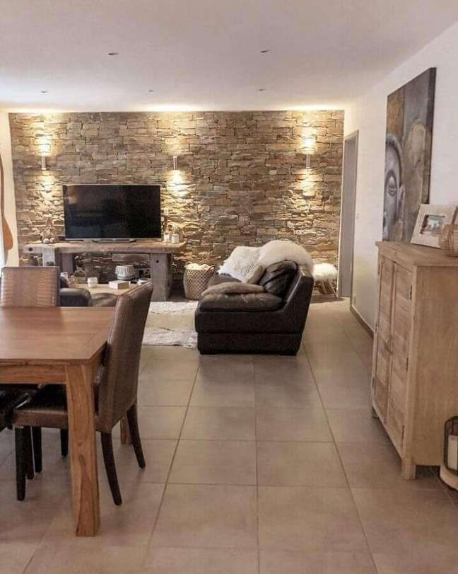 34. Parede de pedra para decoração de sala de TV rústica integrada com sala de jantar – Foto: Miss Kiwy