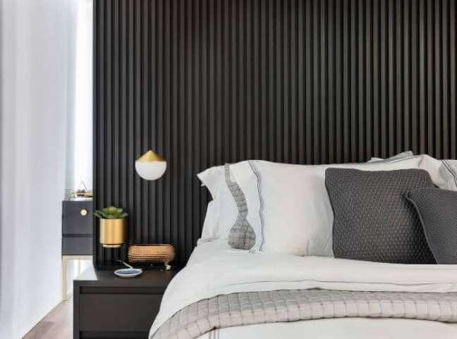14. Cabeceira ripada preta para quarto moderno – Foto Julia Otaga