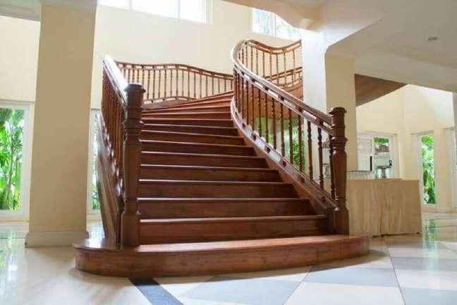 2. Modelo de escada de madeira imponente. Fonte: Architecture Art Designs
