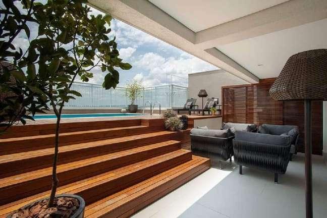 14. Deck com escada de simples de madeira. Fonte: Revista Decorar