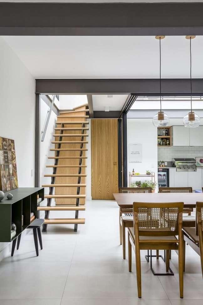67. Decoração clean com escada de madeira. Fonte: Studio AG