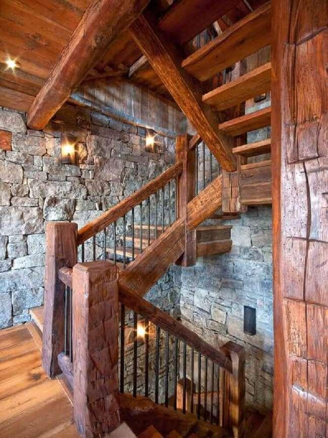 3. Dependendo do modelo de escada de madeira ela se adapta perfeitamente a ambientes no estilo rústico. Fonte: Wattpad