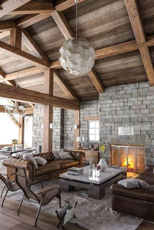 52. Sofá chesterfield para decoração de sala rústica com lustre redondo moderno – Foto: Houzz