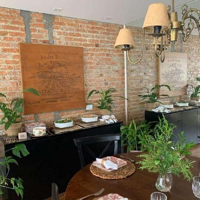 39. Parede tijolinho para sala rústica decorada com buffet preto e mesa redonda de madeira – Foto: Luciana Latorre Interiores