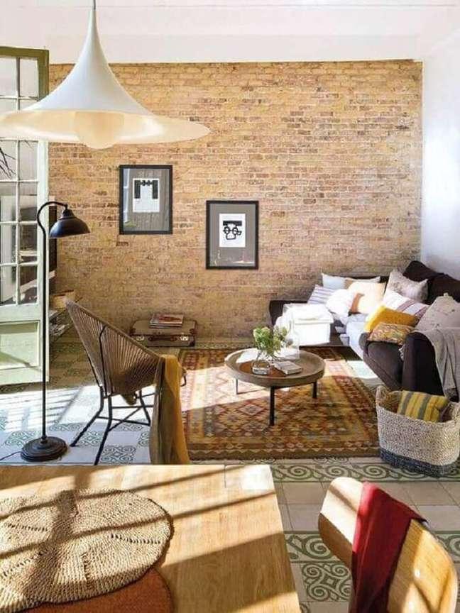 56. Sofá com chaise para decoração de sala rústica simples – Foto: Planete Deco