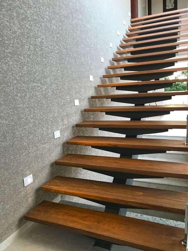 59. A escada de madeira dá acesso aos dormitórios da casa. Fonte: Ilha Arquitetura