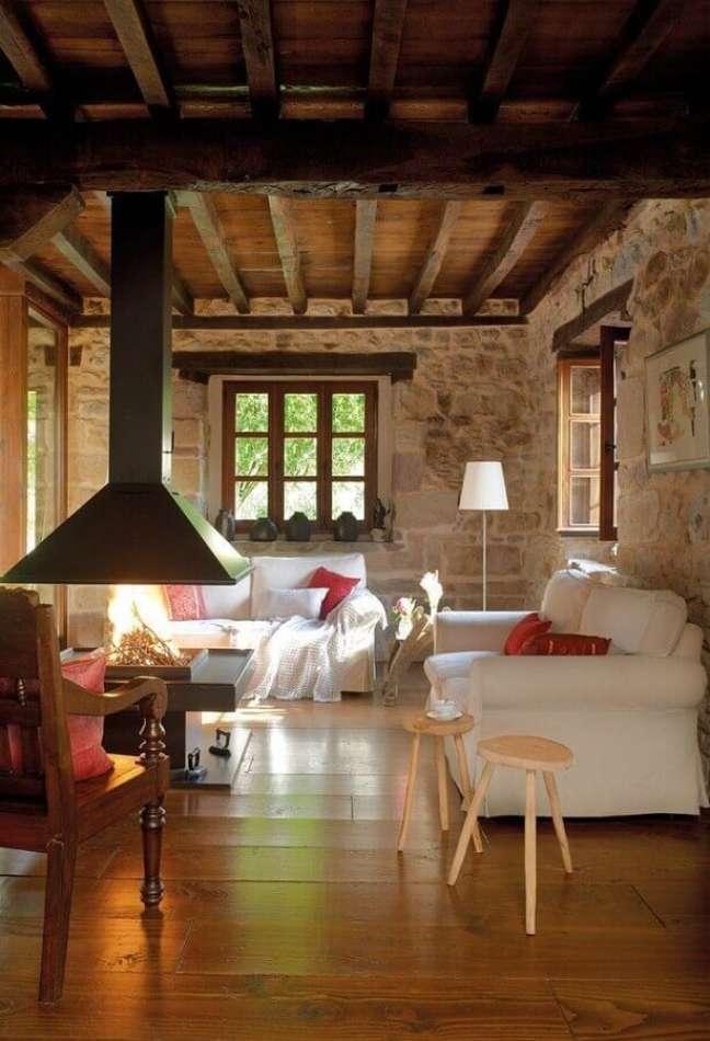 51. Sofá branco para sala rústica com lareira decorada com revestimento de pedra – Foto: Home Fashion Trend