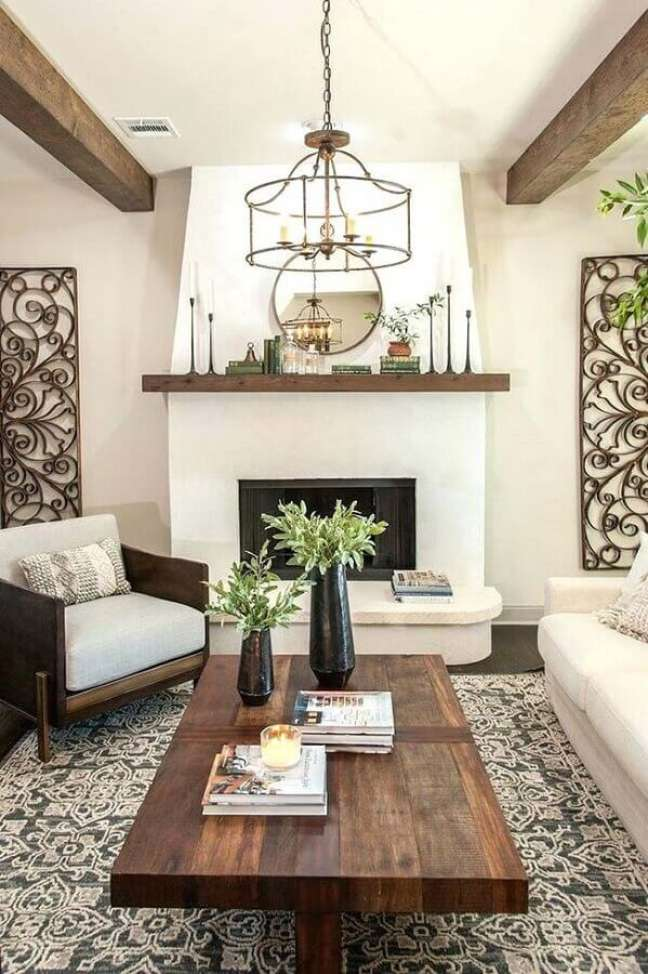 41. Poltrona de madeira para decoração de sala de estar rústica com lareira – Foto: Houzz