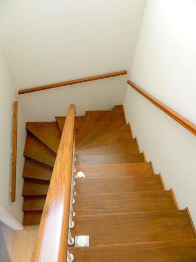 60. A escada de madeira se adapta a diferentes estilos de decoração. Fonte: Fabiana Rosello