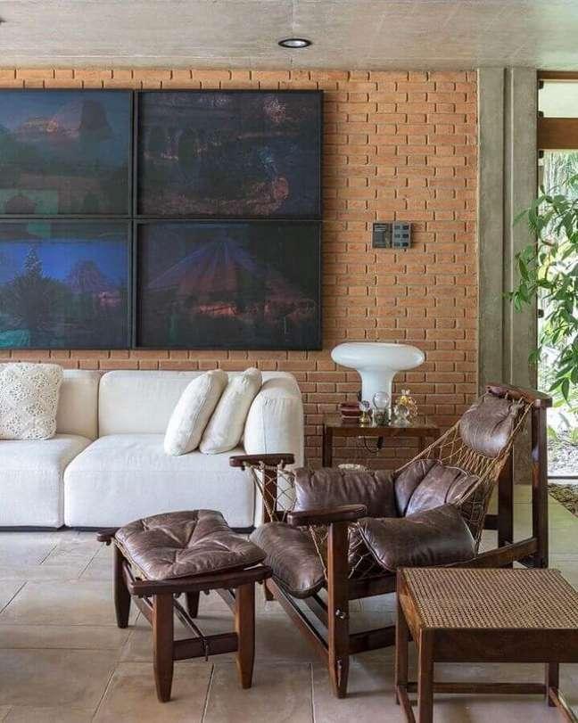 36. Parede de tijolinho para sala rústica decorada com poltrona de couro confortável – Foto: Lucila Zahran Turqueto