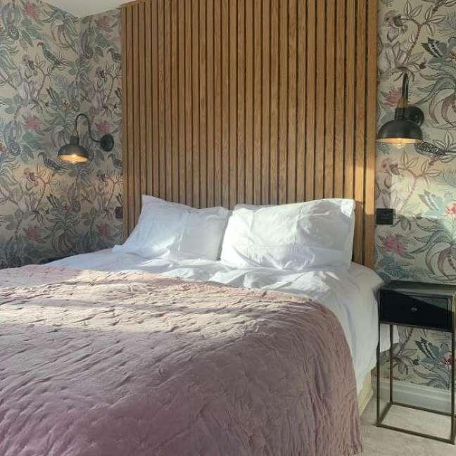 51. Cabeceira ripada ate o teto do quarto com papel de parede – Foto Ava Rose Interiors