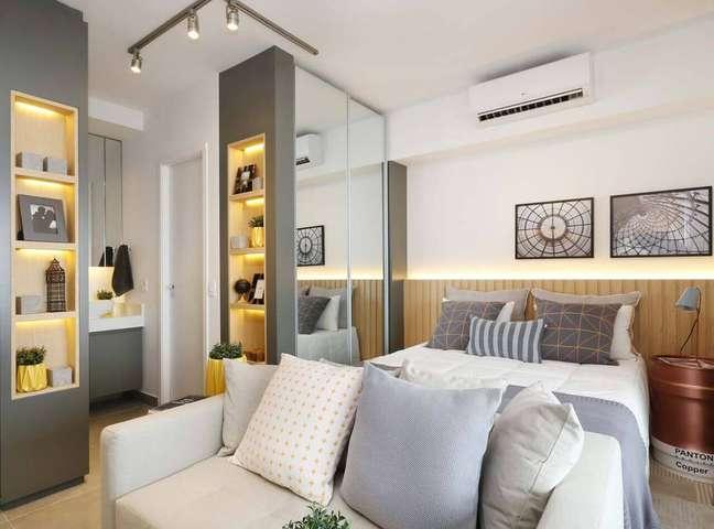 30. Quarto com cabeceira ripada e sofá na ponta da cama – Foto Sesso e Dalanezi Arquitetura e Design