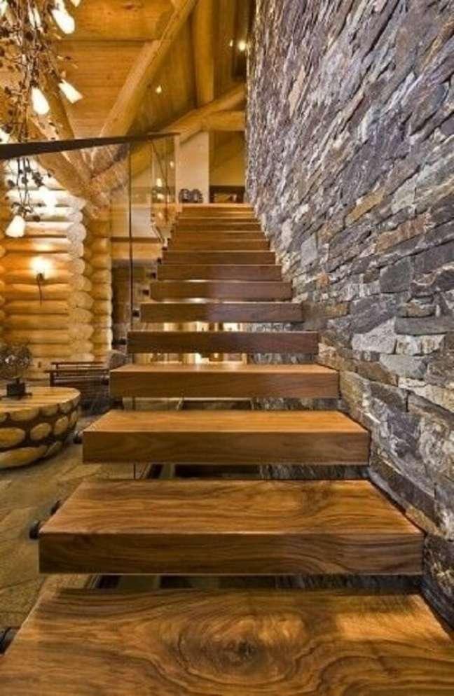 78. Escada de madeira e parede revestida com pedra. Fonte: Decorando com Classe
