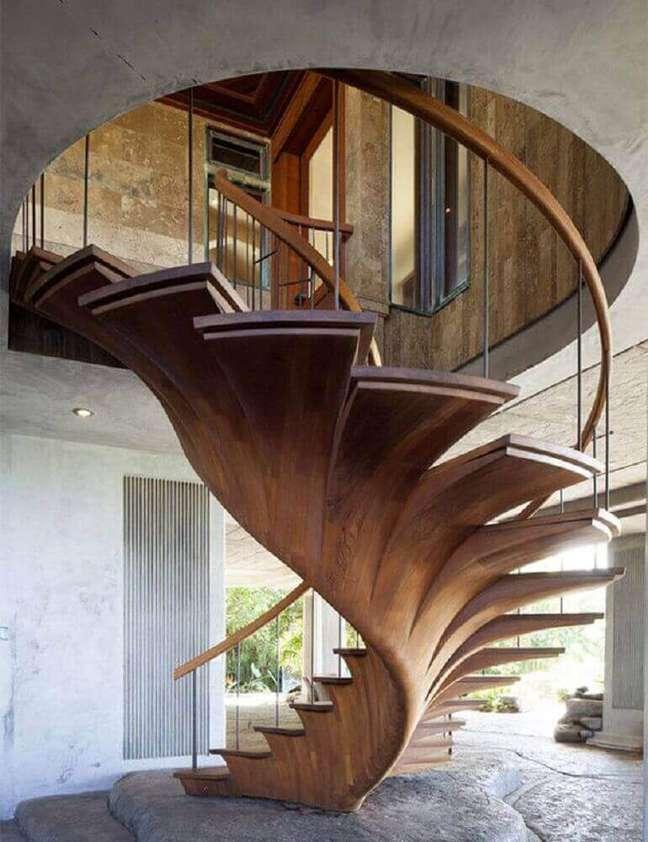 8. Escada caracol de madeira com design arrojado para trazer um ar mais moderno ao ambiente. Fonte: Delight Full