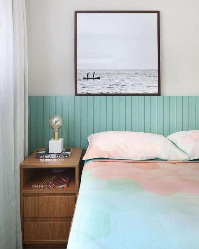 5. Cabeceira ripada na cor verde claro e quadro de praia – Foto Bianchi e Lima Arquitetura e Design