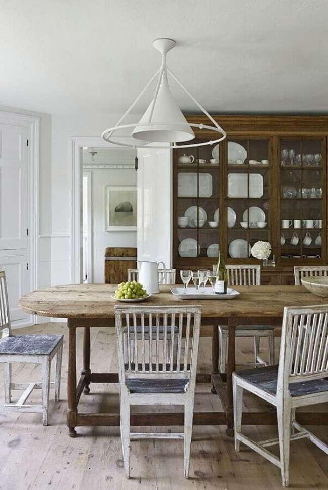 11. Cristaleira de madeira para decoração de sala de jantar rústica – Foto: Home Fashion Trend