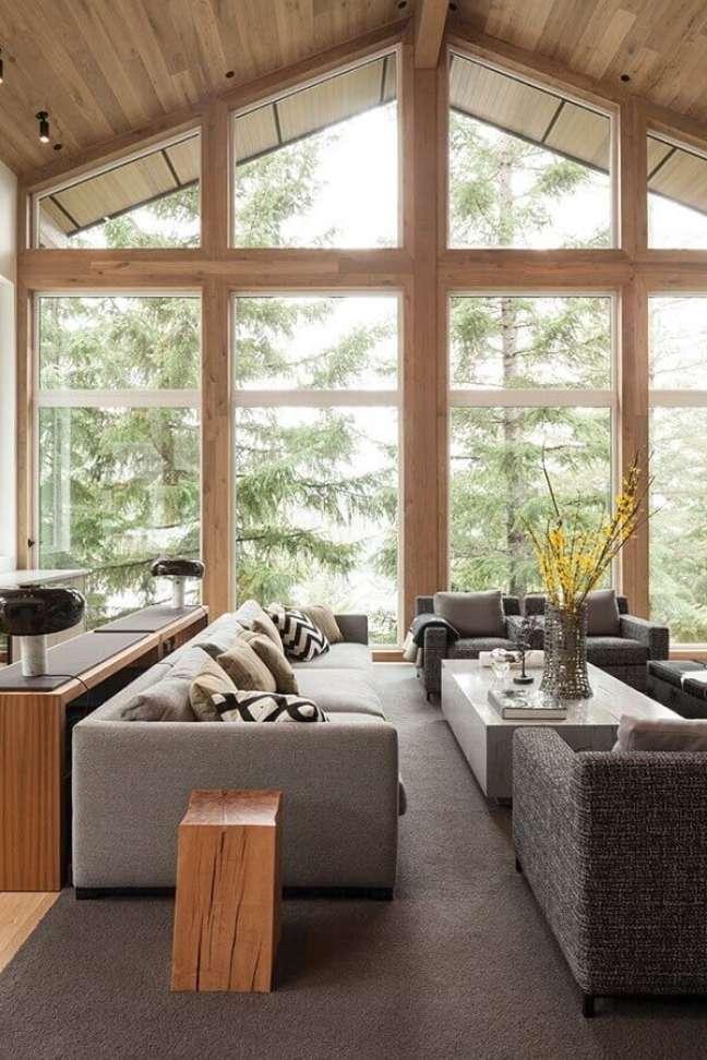 21. Decoração de sala rústica e moderna com grandes janelas – Foto: Mandred Metal Roofs