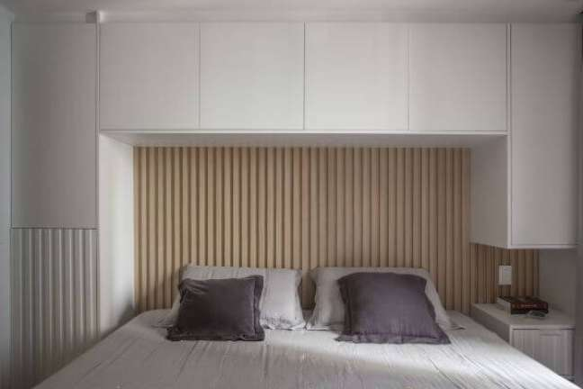 37. Quarto planejado com cabeceira ripada – Foto Bruno Moraes Arquitetura e Interiores
