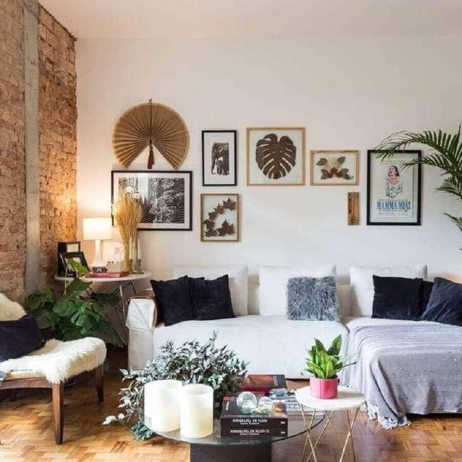 55. Sofá com chaise para decoração de sala rustica simples – Foto: Decor Fácil