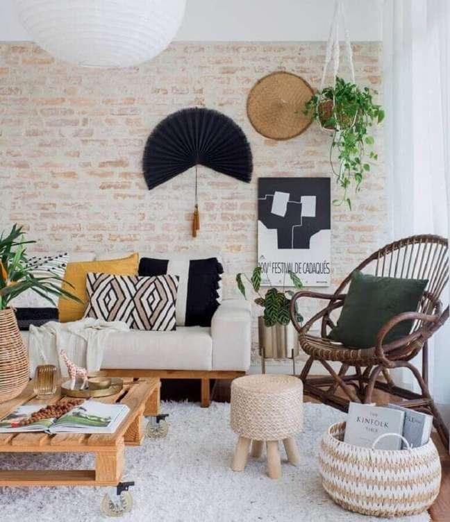 32. Mesa de centro de pallet para decoração de sala rústica com parede tijolinho – Foto: Planete Deco