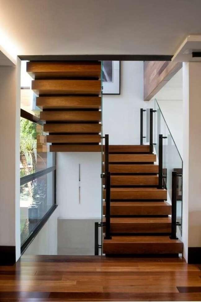 56. A escada com degraus de madeira é muito usada nos projetos arquitetônicos. Fonte: Elmor Arquitetura