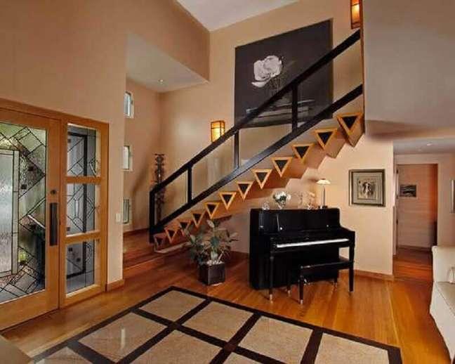 33. Capriche no design dos degraus da escada de madeira para sala. Fonte: Total Construção