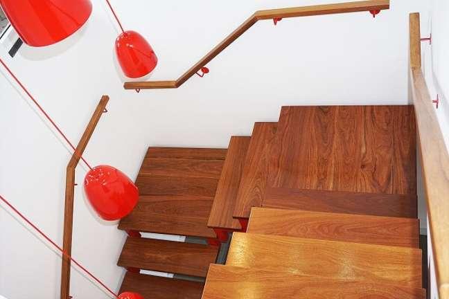 84. O corrimão de madeira traz segurança para quem usa a escada. Fonte: Escadas MV