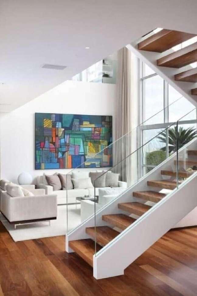 9. A escada de madeira para sala precisa estar em harmonia com o restante da decoração. Fonte: A1 Arquitetura