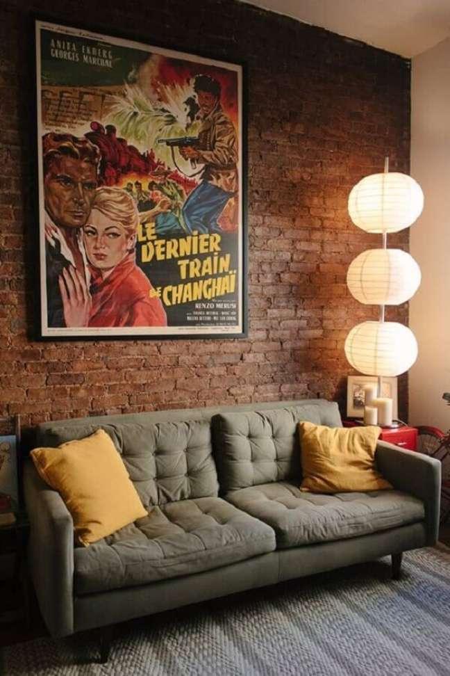42. Quadro grande para decoração de sala rústica com sofá cinza e parede de tijolinho – Foto: Decor Fácil
