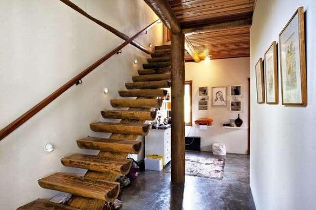 64. Casa com escada rústica. Fonte: Bianka Mugnatto
