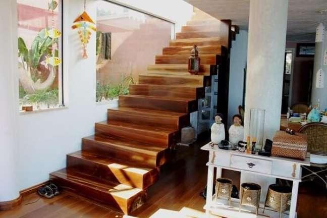 74. Escada de madeira e aparador branco. Fonte: Paulo SS Vilela