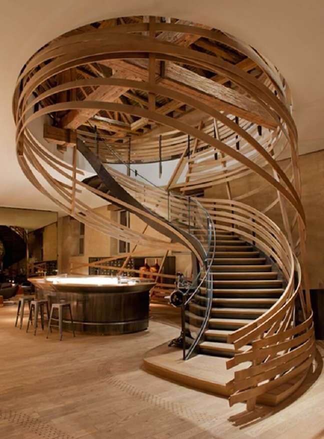 1. A escada caracol de madeira é o grande destaque deste ambiente. Fonte: Line Arquitetura