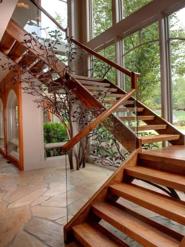 90. Casa de campo aconchegante com escada de madeira. Fonte: Decor Fácil
