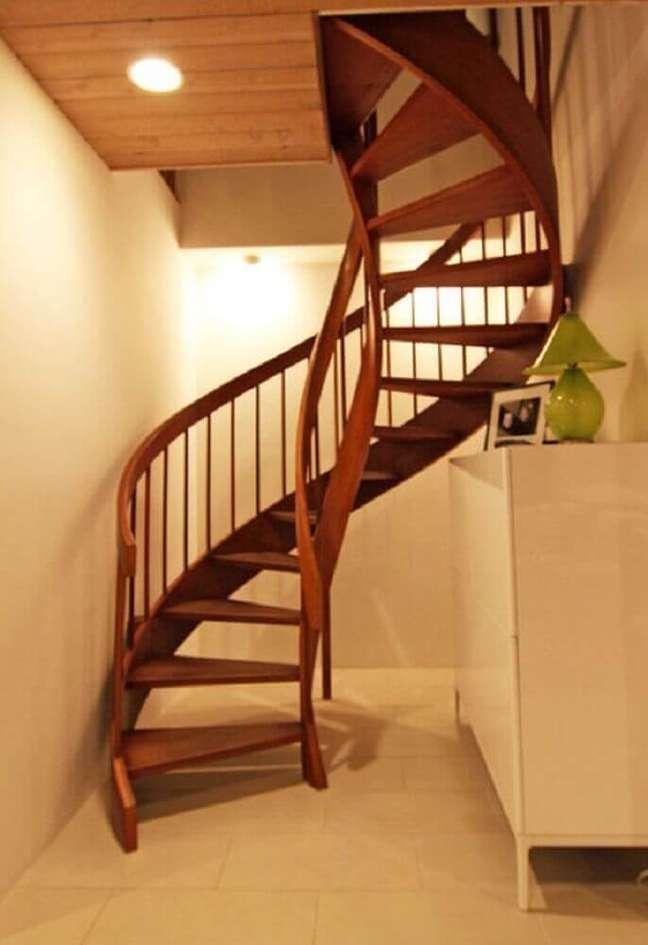 52. Escada caracol de madeira com design simples. Fonte: Houzz