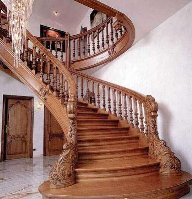 55. Suntuoso modelo de escada de madeira com detalhes delicados no corrimão e guarda corpo. Fonte: LovaHomy