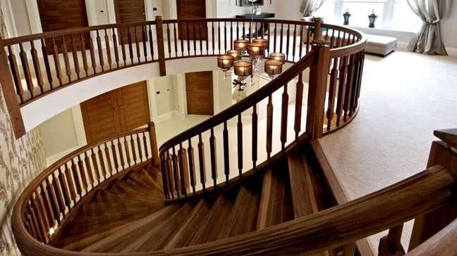 25. Há muitas formas de como fazer uma escada de madeira. Fonte: El Rey Tuerto Decor