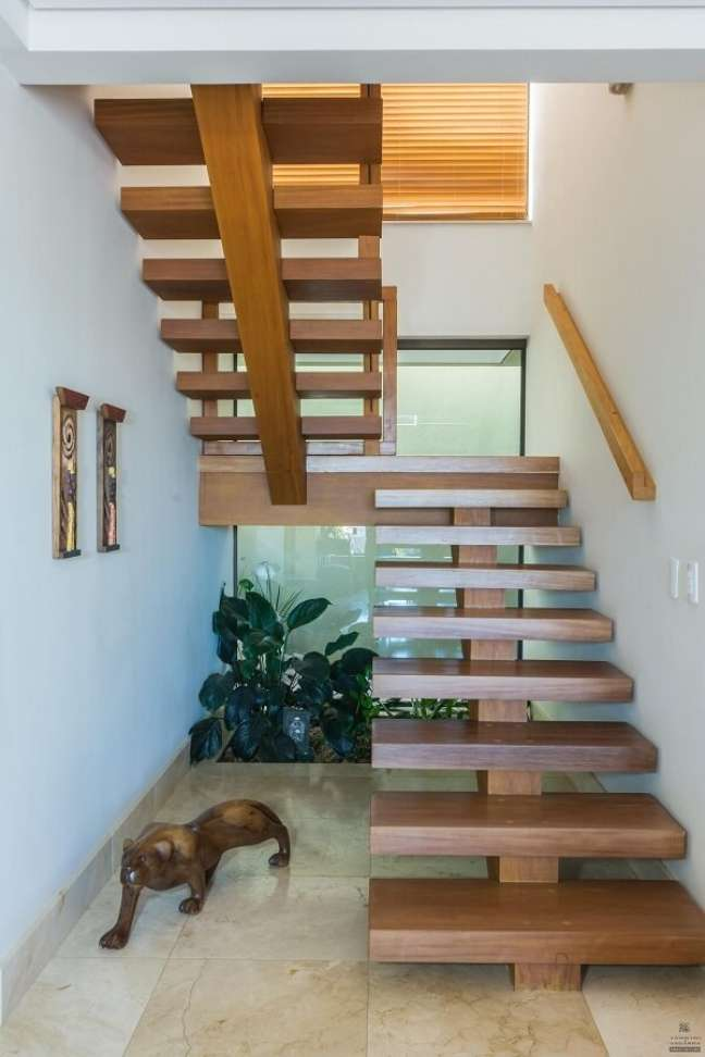 57. A escada com degraus de madeira foi planejada perfeitamente para o espaço. Fonte: Jannini Sagarra Arquitetura