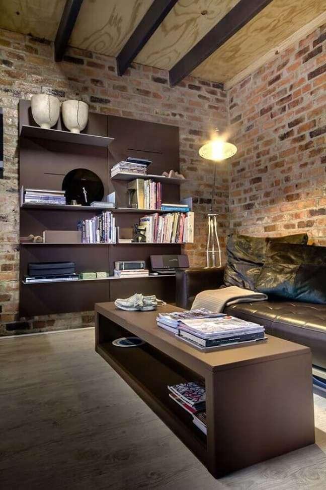 20. Decoração de sala rústica com sofá de couro preto – Foto: Habitus Living