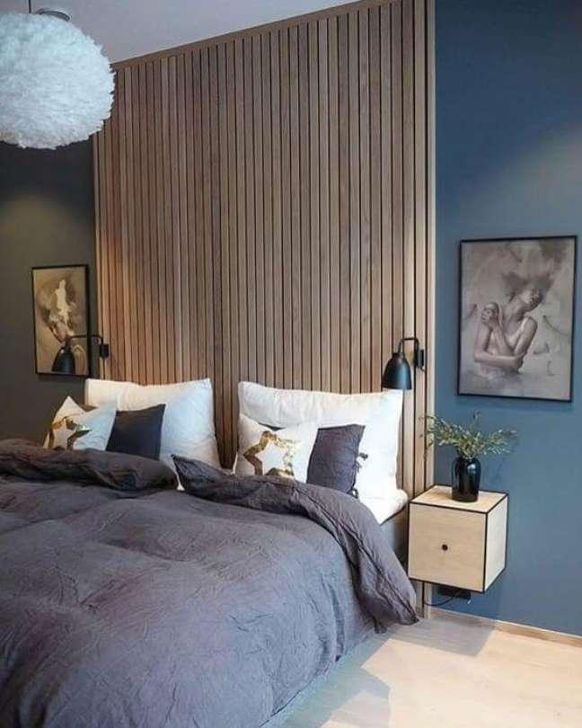 53. Cabeceira de ripa de madeira com parede azul – Foto My Blog Deco