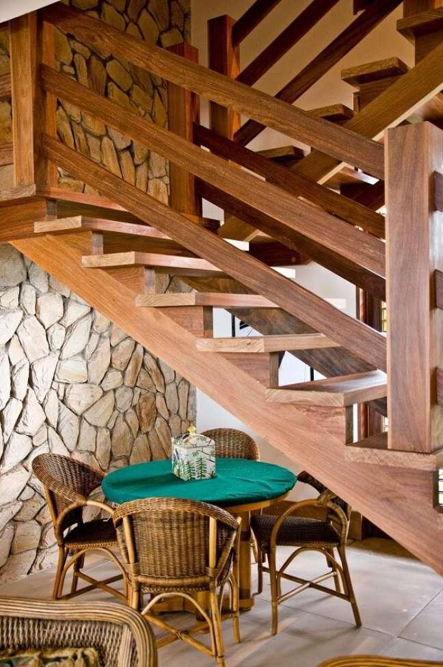 63. Aproveite o espaço embaixo da escada de madeira. Fonte: Renato Teles Arquitetura