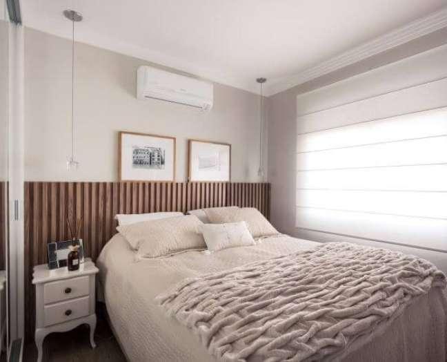 24. Quarto com cabeceira ripada de madeira e decoração neutra – Foto Braccini Lima Arquitetura