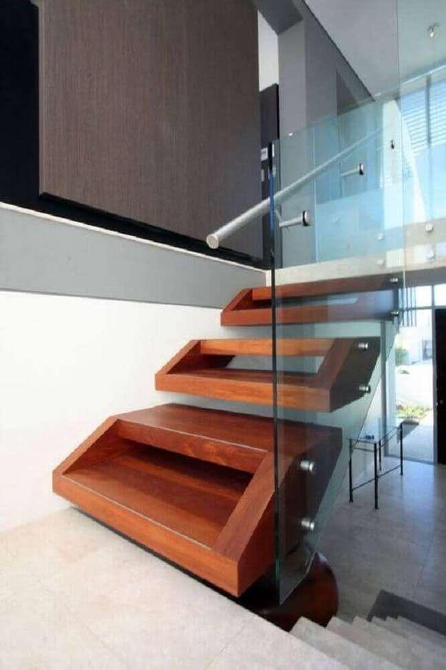 43. Degraus diferentes para uma decor moderna com escada. Fonte: Pra Quem Tem Estilo